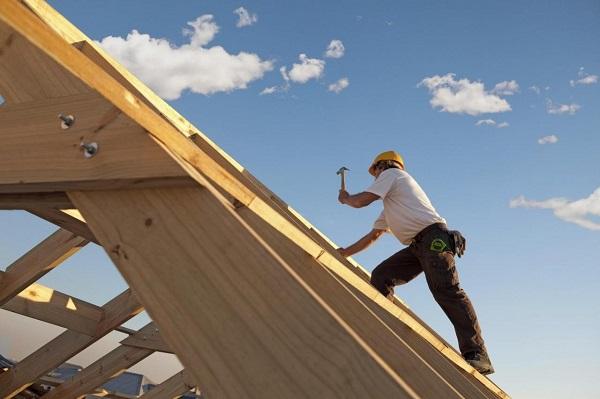 Строительство крыши у бани